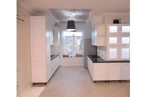 Современная стильная белая кухня на заказ, черная столешница. Изготовление и дизайн мебели