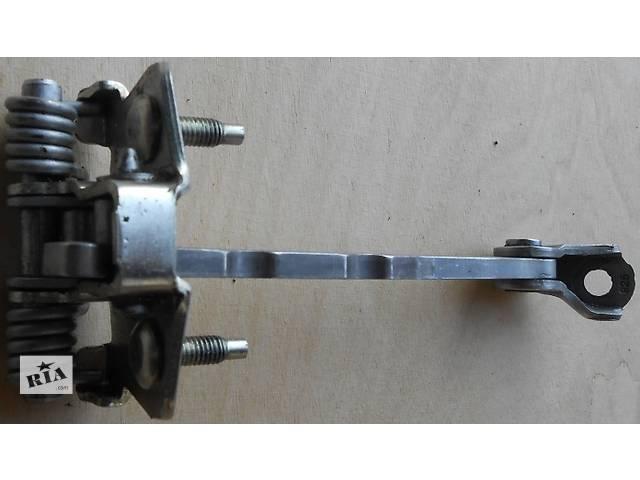 купить бу  Б/у ограничитель двери Renault Trafic 1.9, 2.0, 2.5 Рено Трафик (Vivaro, Виваро) 2001-2009гг в Ровно