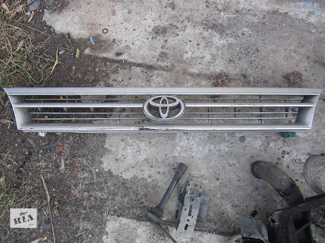продам Б/у решётка бампера для хэтчбека Toyota Corolla бу в Ровно