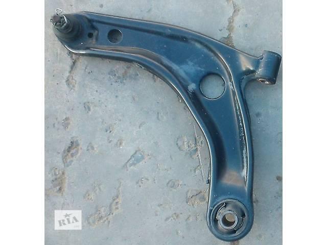 купить бу Б/у рычаг подвески передний левый 48069-09040 для хэтчбека Toyota Yaris 2007г в Николаеве
