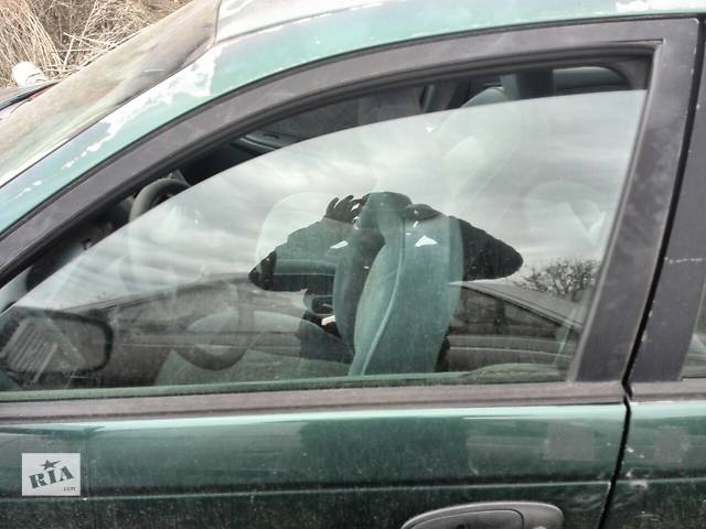 купить бу Б/у стекло двери переднее левое 68102-05020 для седана Toyota Avensis 1999г в Николаеве