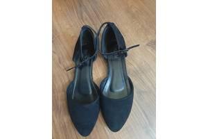 черные замшевые балетки с ремешком