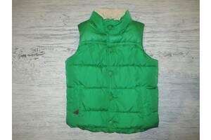 Яркая зеленая теплая жилеточка фирмы Некст на 3-4 года