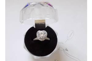 Женское родированное серебряное кольцо с цирконием
