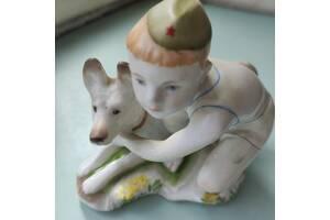 """Фарфоровая статуэтка """"Мальчик с собакой""""."""