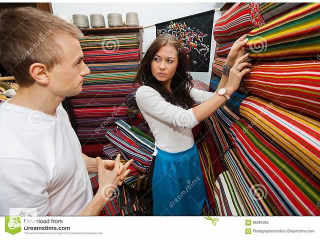 Консультант-продавец в магазине тканей