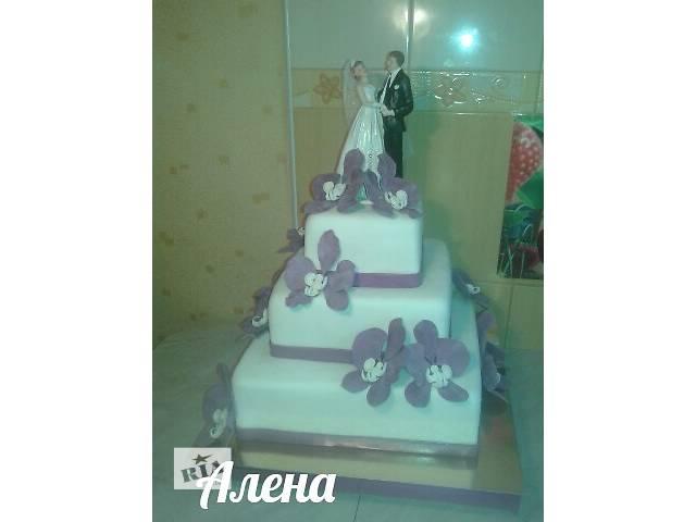продам Свадебный 3-х ярусный квадратный торт с фигуркой жениха и невесты бу в Киевской области