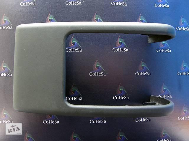 купить бу Новая Декоративная накладка защиты (навеса) петель (шарниров) задних дверей (слева) нижняя 140050997 в Виннице